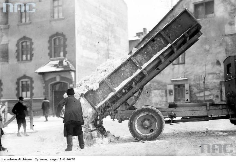 Samochód wyładowuje śnieg, zebrany z ulic Krakowa.http://audiovis.nac.gov.pl/obraz/94635/fbb3091a1dfc128b2a4a99354126d47f/