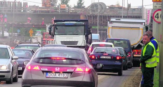 Na ul. Królewieckiej kierowcy tkwią w korkach nawet poza godzinami szczytu
