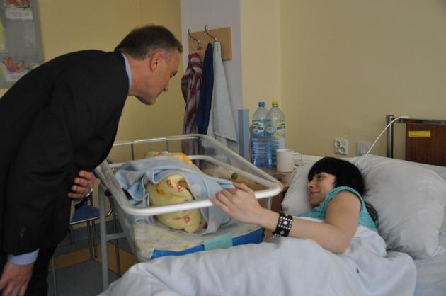 Dzieci urodzone 10 lutego odwiedził prezydent Gdyni, Wojciech Szczurek