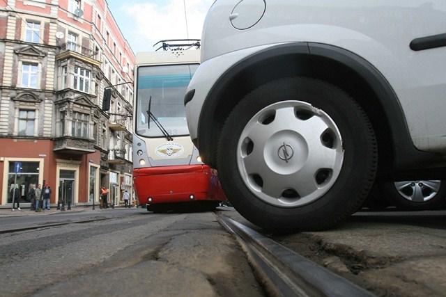 Auto zablokowało torowisko w Katowicach. Pasażerowie wściekli [ZDJĘCIA Z SYMULACJI]