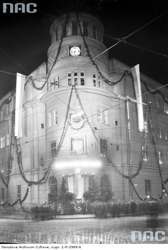 Dekoracja gmachu Poczty Głównej z okazji Święta Niepodległości, 1934 rok.http://www.audiovis.nac.gov.pl/obraz/116529/