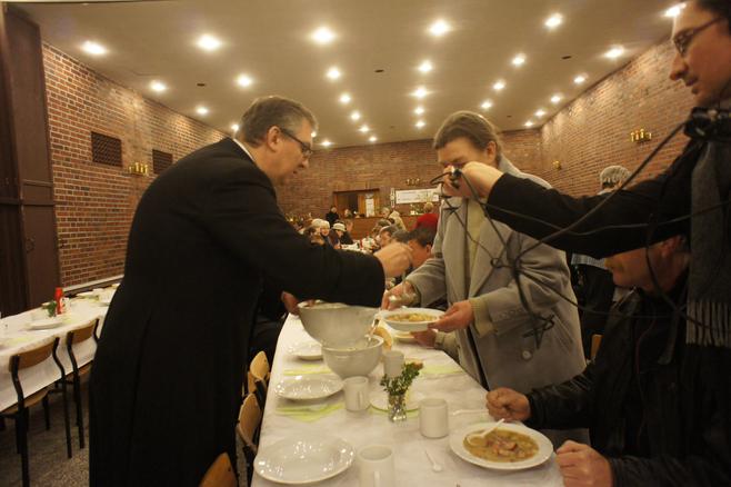 Wielkanocne śniadanie odbyło się też w poznańskiej Caritas na Ratajach