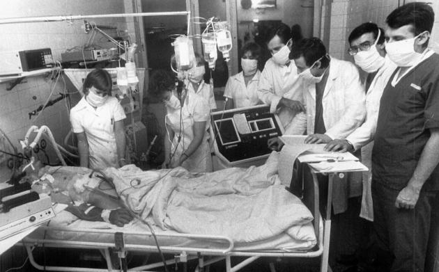 Przy chorym Józefie Krawczyku od prawej stoją: A. Bochenek, B. Ryfiński, B. Kominek, M. Zembala, E. Łubek-Wilczewska