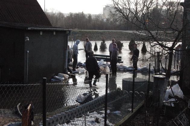 Woda wdarła się na posesję m.in. przy ul. Jagalskiego w Wejherowie