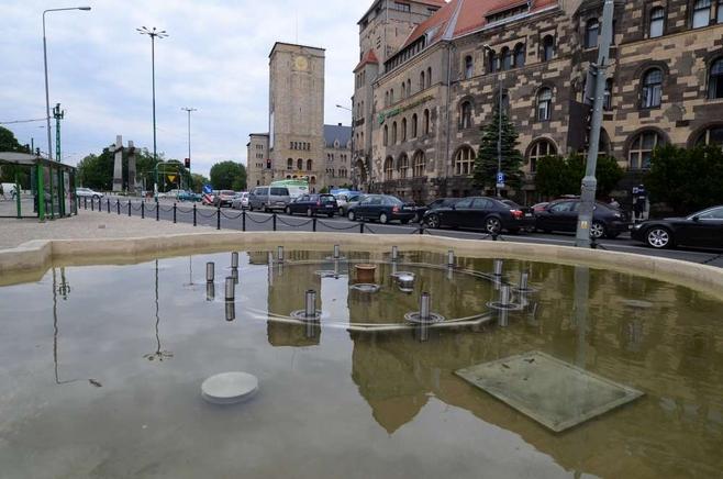 Wybudowano kamienne ławy do siedzenia, a przy fontannie przebudowano alejki i uzupełniono zieleń