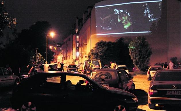 Nocne samochodowe kino mocnych wrażeń w Poznaniu