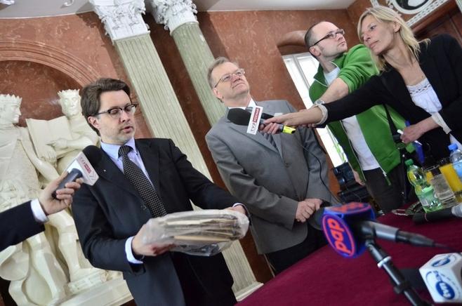 Michał Rusinek przekazuje paczkę od Wisławy Szymborskiej.