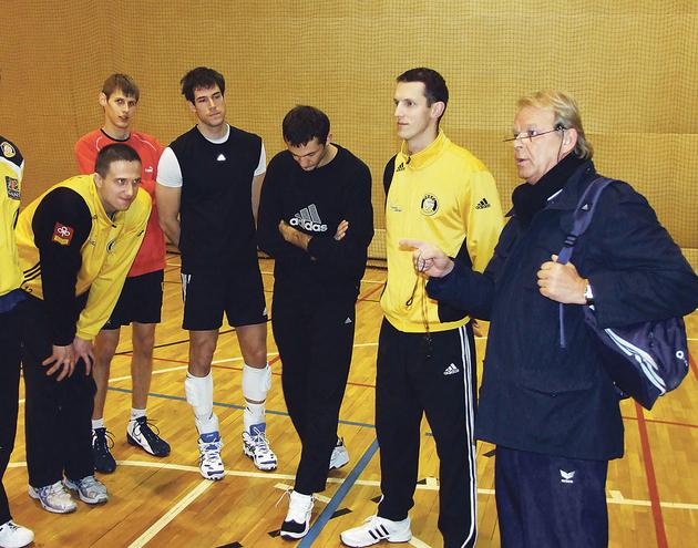 Trener Jerzy Strumiło (pierwszy z prawej) i zawodnicy Trefla podczas zajęć