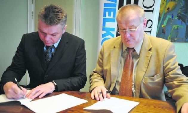 Józef Dworakowski (z prawej) i Adam Pawłowski podpisują dokumenty o współpracy  w 2009 roku