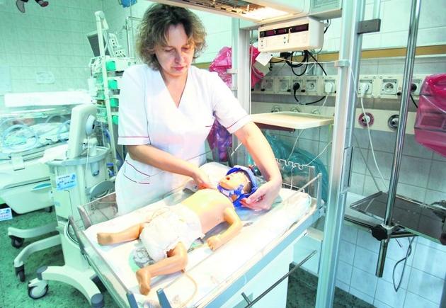 Pielęgniarka Justyna Ślusarczyk testuje urządzenie na fantomie