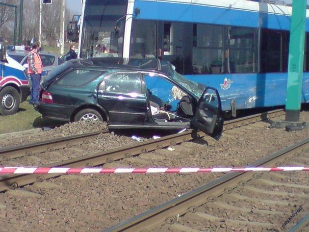 Kraków: wypadek na Kurdwanowie. Kierowca zmarł [ZDJĘCIA]