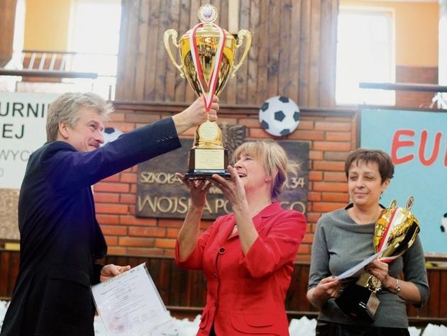 Danuta Urbaniak, dyrektor SP 34 i Ryszard Grobelny z pucharem  dla najlepszej szkoły