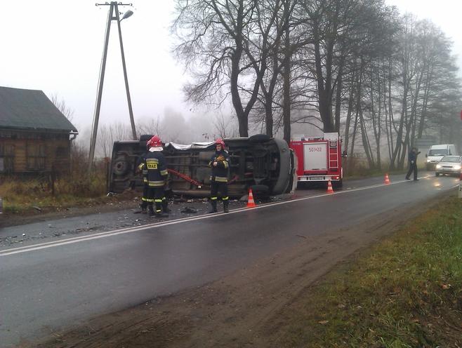 13 osób zostało rannych w zderzeniu busa z samochodem osobowym w Kucinach koło Poddębic na trasie 72.