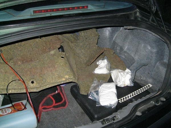 Policjanci znaleźli narkotyki w bagażniku samochodu.