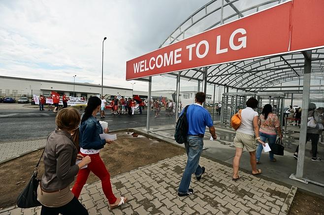 LG: Protest w fabryce Chung Hong to atak anarchistów (ZDJĘCIA)