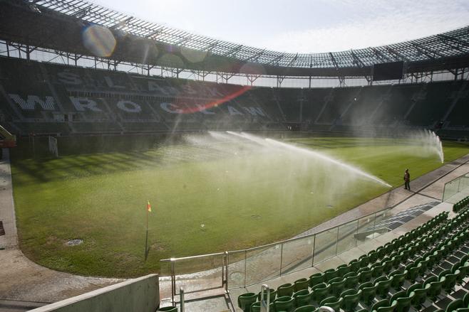 Trwa podlewanie murawy. Ale to nie na niej zagrają piłkarze na Euro 2012. Przed turniejem na pewno zostanie wymieniona