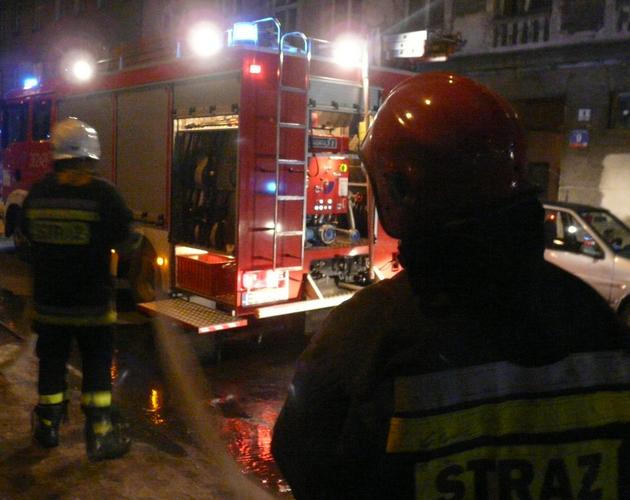 Już drugi raz w tym tygodniu wybuchł pożar na klatce schodowej w tym samym bloku w Puławach