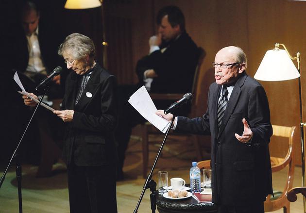 Sonaty Mendelssohna grał Roman Perucki (pośrodku w tle), wiersze Goethego recytowali Halina Winiarska i Jerzy Kiszkis