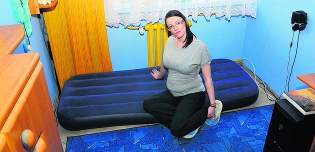 Katarzyna Muszyńska jest w ciąży. Zamiast na nowej wersalce, śpi na materacu ułożonym na podłodze