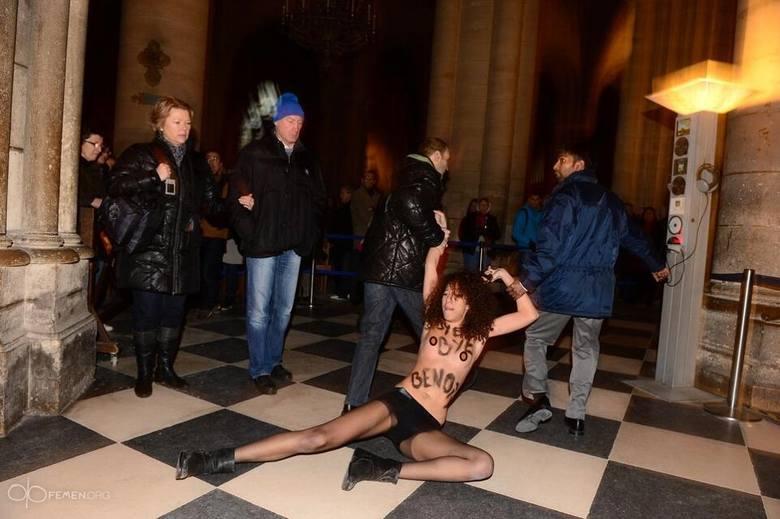 """Femen """"świętowały"""" abdykację Benedykta XVI: Rozebrały się w katedrze Notre-Dame w Paryżu [ZDJĘCIA]"""