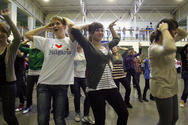 Dzieci tańczą na szkolnej przerwie (ZDJĘCIA i FILM)