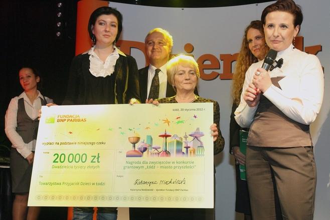 Czek na kwotę 20 tys. zł, który Fundacja BNP Paribas przekazała na rzecz Towarzystwa Przyjaciół Dzieci w Łodzi.