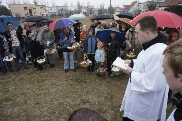 W sobotę większość z nas uda się z koszyczkiem pełnym potraw do tradycyjnego święcenia. My podejrzeliśmy święcenie pokarmów na osiedlu w Skokach. W odróżnieniu