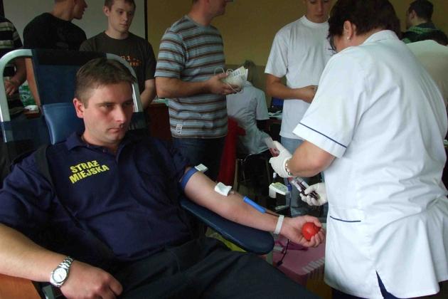 Krew oddawali mundurowi i cywile