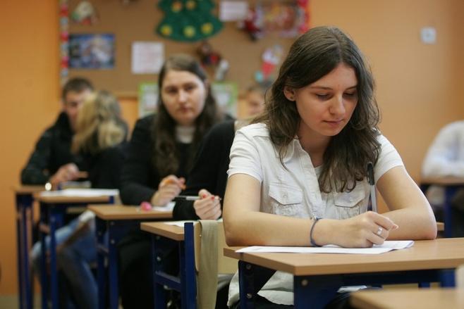 Uczniowie z gimnazjum nr 50 podczas pisania testów próbnych