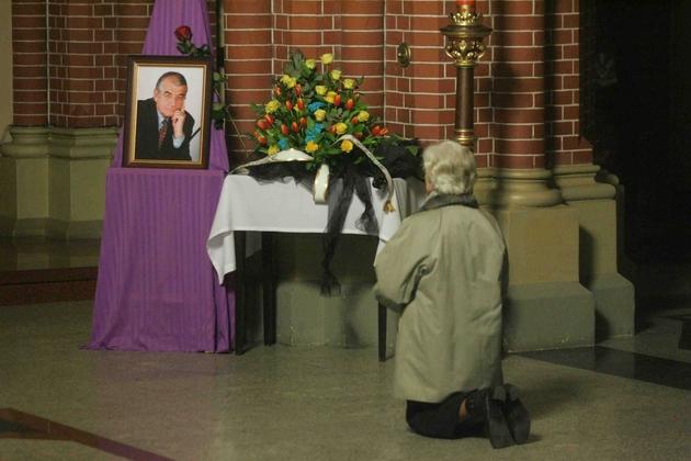 Przy zdjęciu prof. Zbigniewa Religi składano kwiaty