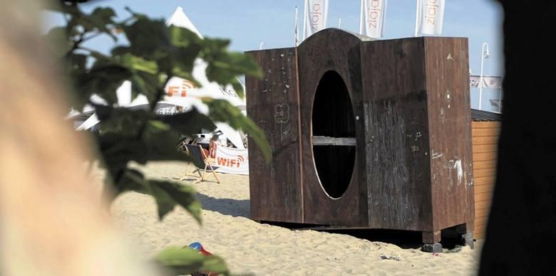 """Co będzie dalej z """"szafą Polańskiego"""", która stoi na sopockiej plaży? Zdjęcia"""