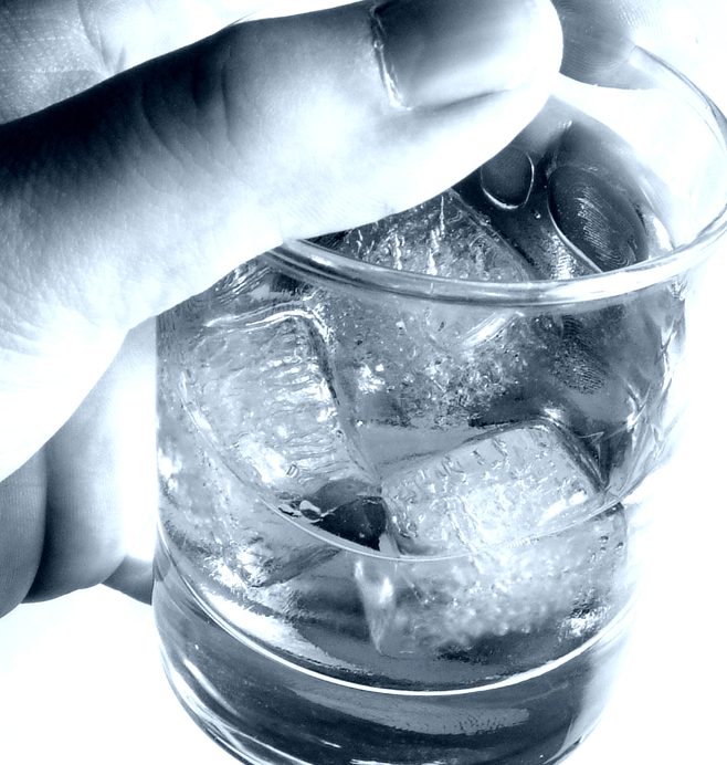 Samotni, pijący w sutannach - o alkoholizmie wśród księży