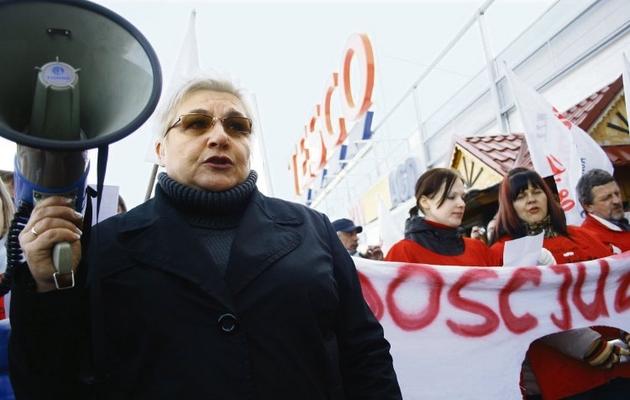 Chcemy płacy, nie jałmużny - skandowali pracownicy lubelskiego hipermarketu Tesco.