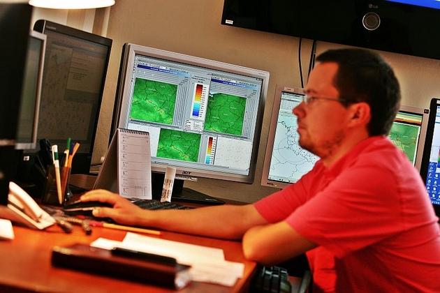 Marek Kurowski obserwuje zdjęcia z satelity i radarów