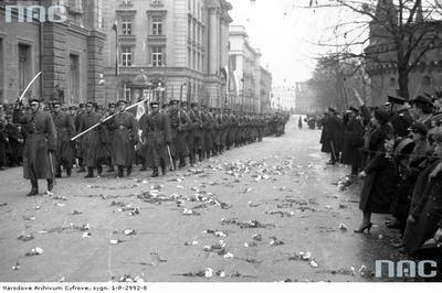 Oddziały piechoty podczas defilady, 1937 rok.http://www.audiovis.nac.gov.pl/obraz/116611/