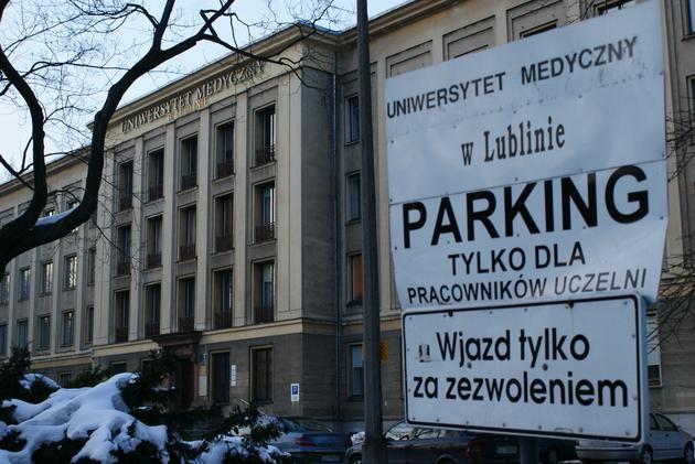 Wjazd na parking przed budynkiem Uniwersytetu Medycznego
