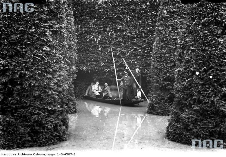 Fragment zalanego Parku Jordana. Mężczyźni w łódce.<br /> http://www.polskatimes.pl/panel/material/edycja/786357.html