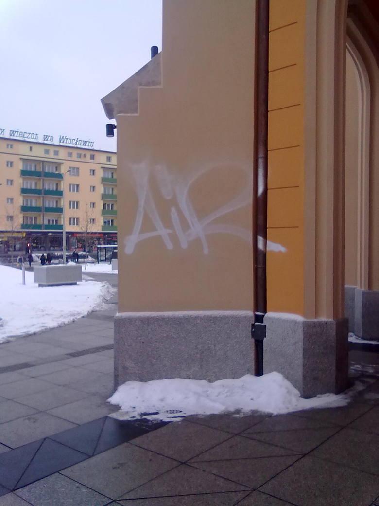 Graficiarze zniszczyli Dworzec Główny. PKP: To smutne (ZDJĘCIA)