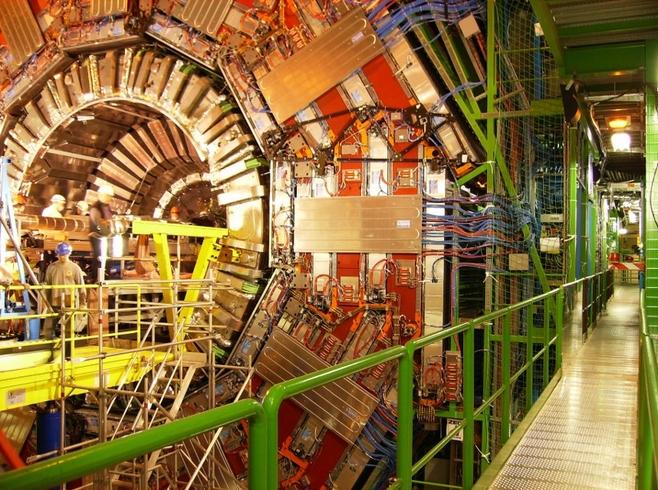 Detektor cząstek elementarnych CMS w torze Wielkiego Zderzacza Hadronów. Detektor waży około 12.5 tysieca ton, a jego wymiary to: 21 m (długość), 15