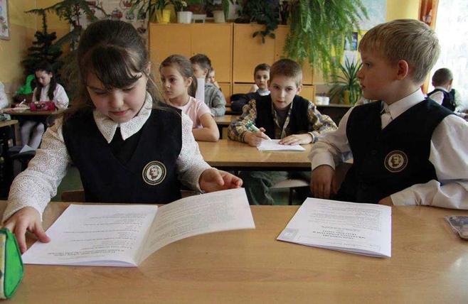Od godziny 9, uczniowie klas trzecich szkół podstawowych rozwiązywali w czwartek dwa testy, które miały sprawdzić czy nauczyli się czytać, pisać i l