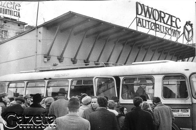 Wrocław 28.03.1970 .Stanowisko nr10, kolejka przed autobusem Wrocław - Pleszew.