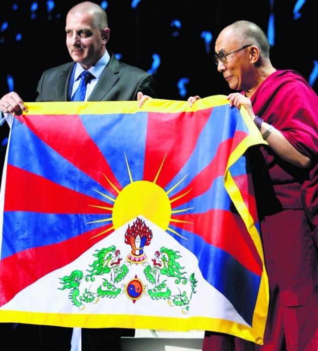 Dalajlama dostał dwie flagi: Solidarności i Wolnego Tybetu