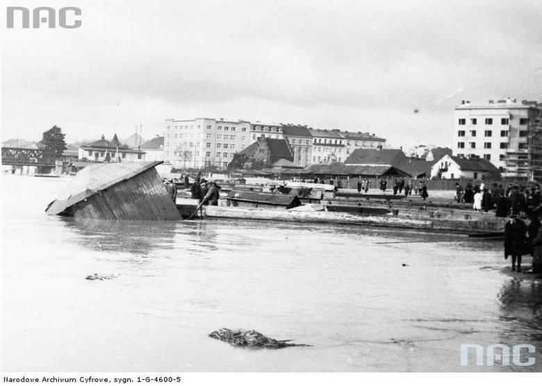 Unoszące się budynki kąpielowe i zalana Miejska Farbryka Betonu oraz placu Na Groblach.<br /> http://audiovis.nac.gov.pl/obraz/94791/cfbe47804c54d9232169c2003327ddfa/