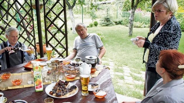 Anna i Andrzej Swatkowie (na zdjęciu pierwszy od lewej i druga od prawej) regularnie spotykają się z Ireną i Leszkiem Kempami