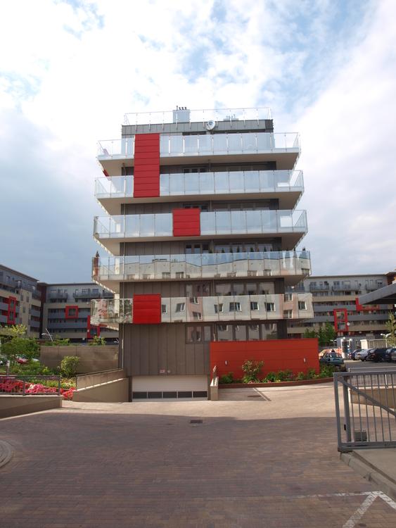 Kompleks budynków na skrzyżowaniu ulic Tęczowej i Pochyłej