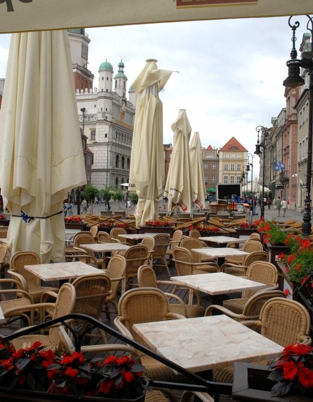 Restauratorzy ze Starego Rynku w Poznaniu uważają, że muszą płacić zbyt dużo za ogródki gastronomiczne.