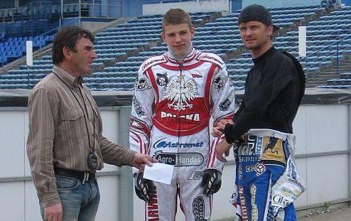 Trener Roman Jankowski wraz z Przemysławem Pawlickim i Damianem Balińskim