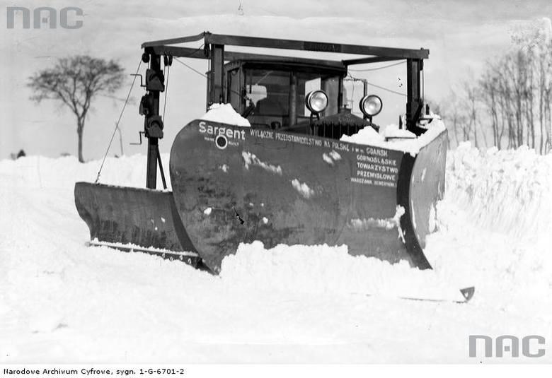 Pług śnieżny firmy Sargent podczas odśnieżania drogi. http://audiovis.nac.gov.pl/obraz/92616/fbb3091a1dfc128b2a4a99354126d47f/