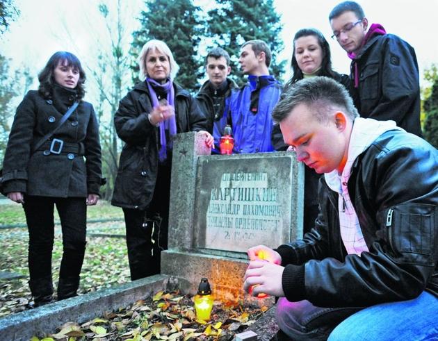 W ubiegłym roku cmentarz sprzątali studenci z Asesora. Teraz przejdzie gruntowny remont