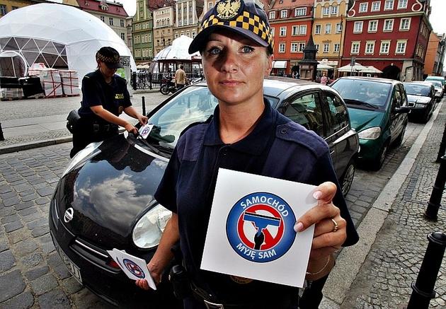 Strażnicy miejscy mają rozdawać kartoniki kierowcom